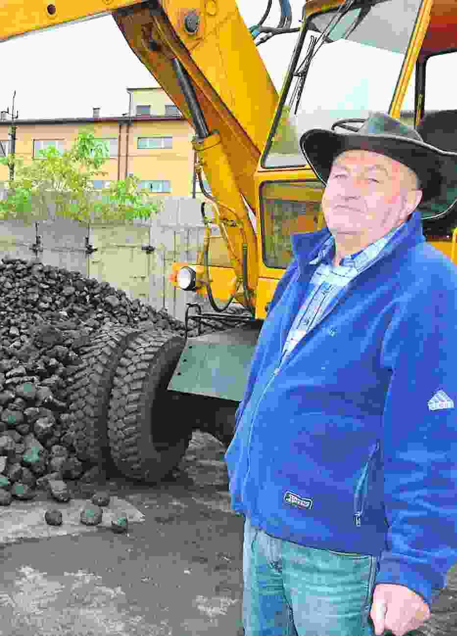 Wczoraj do składu opału Jerzego Czopa dostarczono około 27 ton węgla