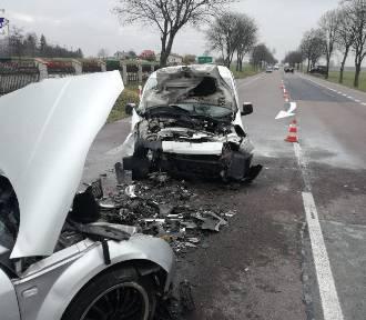 Wypadek podczas wyprzedzania, kierowcy w szpitalu