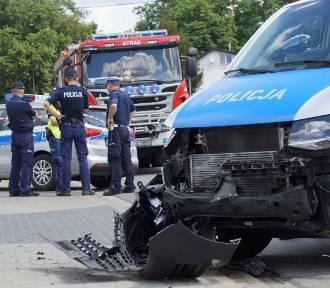 Brzeziny: Pijany kierowca staranował policyjny radiowóz ZDJĘCIA, WIDEO