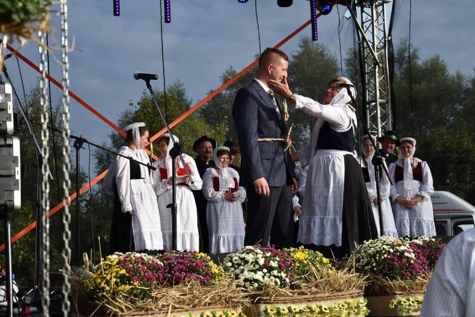 Dożynki w Zasutowie. Zespół regionalny porwał burmistrza do tańca [FOTO, FILM]
