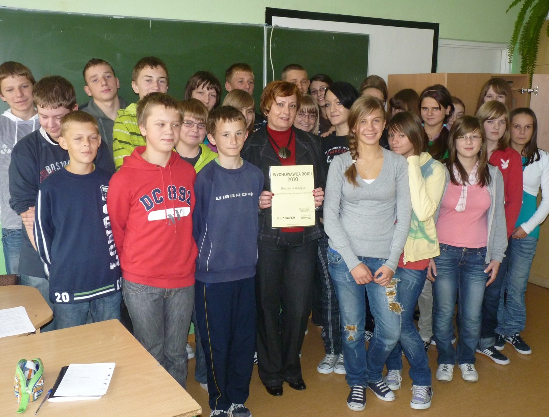 Klasa IIa ze swoją wychowawczynią Bogumiłą Wojtyłą, zwyciężczynią plebiscytu Wychowawca Roku 2010