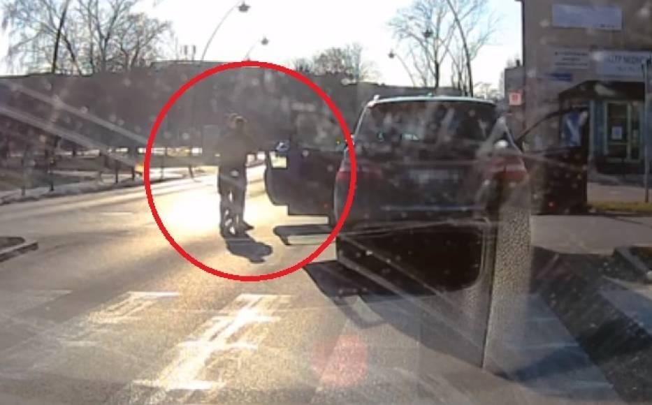 Nie wiadomo dlaczego kierowca Peugeota zajechał drogę kierowcy Mercedesa