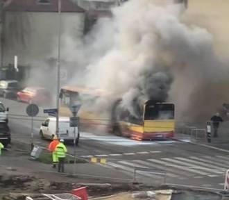 Pożar autobusu MPK na ulicy Bezpiecznej we Wrocławiu. Gasiły go trzy zastępy strażaków! [FILM,