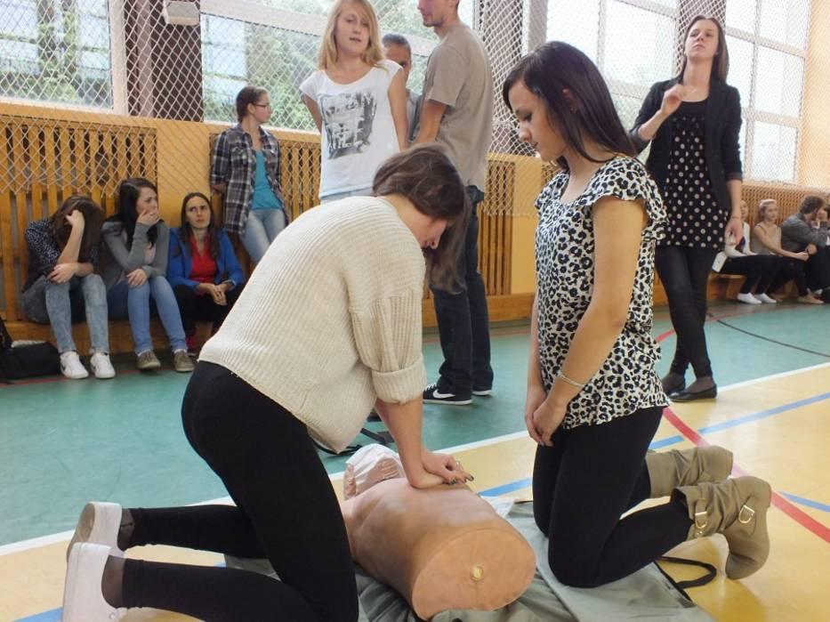 """Akcja """"Ratujemy i Uczymy Ratować"""" w II LO w Bełchatowie"""