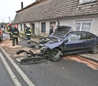 Samochód roztrzaskał się o ścianę budynku! Jedna osoba w szpitalu  [ZDJĘCIA]