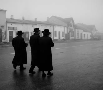 Wystawa Powroty w Łodzi: żydzi, chasydzi i groby cadyków na zdjęciach Agnieszki Traczewskiej