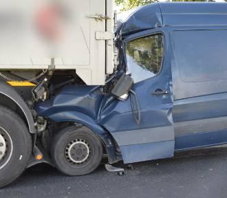 Bus wbił się w naczepę ciągnika siodłowego. Poszkodowanego kierowcę zabrał LPR