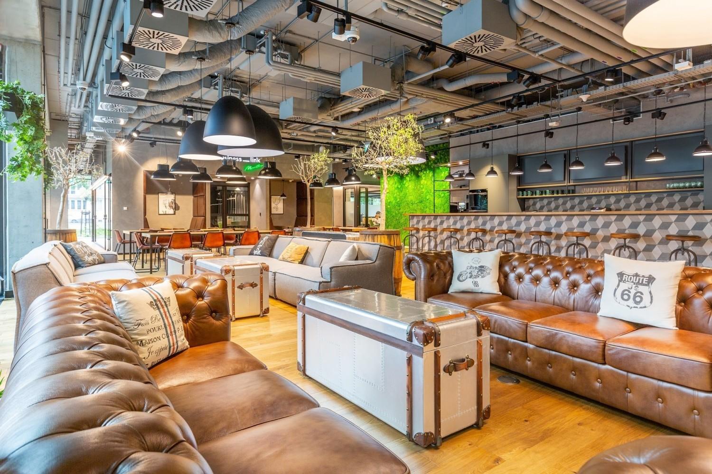 Wyciszone gabinety, kawiarnie, kanapy, bieżnie, pokoje gier czy nawet strefy do medytacji