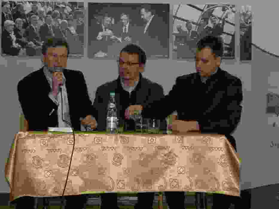 Igor Janke (w środku) podczas spotkania w ostrowieckiej Galerii Fotografii