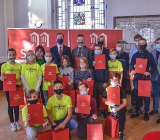 Młodzi z MKS Święc Sławno odebrali od burmistrza nagrody i wyróżnienia ZDJĘCIA