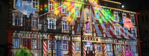 Festiwal Kinetycznej Sztuki Światła – największy festiwal światła w Polsce – a z nim Fundacja Lux Pro Monumentis po raz kolejny stworzy z Łodzi najbardziej rozświetlone i kolorowe miasto w Polsce. Festiwal wystartuje pod koniec lata, już 28 września i potrwa do 30 września.  Light Move Festival 2018 swoją tematyką nawiązywać będzie do obchodów Stulecia odzyskania przez Polskę niepodległości poprzez odwołanie do takich motywów jak: wolność, niezależność, odwaga, siła, przyszłość. Program artystyczny skupiać się ma na wspomnieniach, melodiach, słowach i obrazach tworzących historię uzyskania niepodległości Polski.  Light.Move.Festival. jest największym festiwalem światła w Polsce i jednym z największych w Europie. W poprzednim roku świetlne atrakcje podziwiało ponad 700 000 uczestników, a wśród artystów znalazły się grupy artystyczne z całej Europy.  [b]Gdzie i kiedy?[/b] 28-30 września, godz.19:00 Podczas tegorocznej edycji będzie można zobaczyć pięć projekcji wielkoformatowych zrealizowanych w centrum Łodzi. Głównym punktem festiwalu będzie mapping 2D/3D zaprezentowany na Placu Wolności