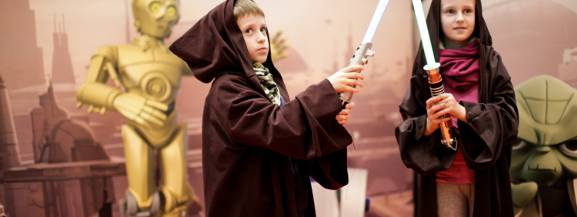 Jesteś fanem Gwiezdnych Wojen?! Chcesz własnoręcznie złożyć model Yody, Sandcrawlera albo słynnego BB-8 - następcy R2D2? Zmierzyć się z przeciwnikami i sprawdzić ile ukrytej mocy w Tobie drzemie? Czy jesteś gotowy, żeby przejść od początku do końca zaawansowany kurs na rycerza Jedi i uzyskać Gwiezdny Certyfikat? Jeżeli jesteś pewny, że podołasz wspaniałej przygodzie i trudnym misjom przyjdź i zostań pełnoprawnym stróżem Galaktyki!  8 maja (niedziela), godz. 11.30, Biocultura Cafe, ul. Sokołowska 9/U31, wstęp 25 zł, zapisy: kontakt@biocultura.pl