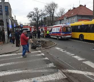 Wypadek w Ligocie. Samochód wjechał w przystanek autobusowy ZDJĘCIA