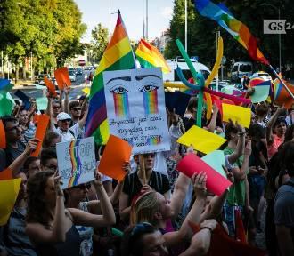 Szczecin przeciwko nienawiści. Pół tysiąca osób na kolorowej pikiecie [ZDJĘCIA, WIDEO]