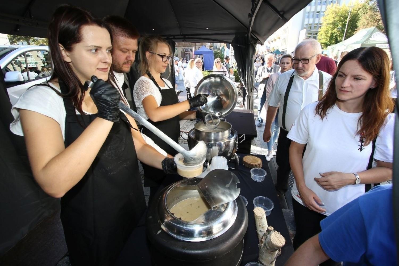 Dary lasu w Kielcach. 400 litrów zupy borowikowej rozdawali na deptaku [ZDJĘCIA, WIDEO]