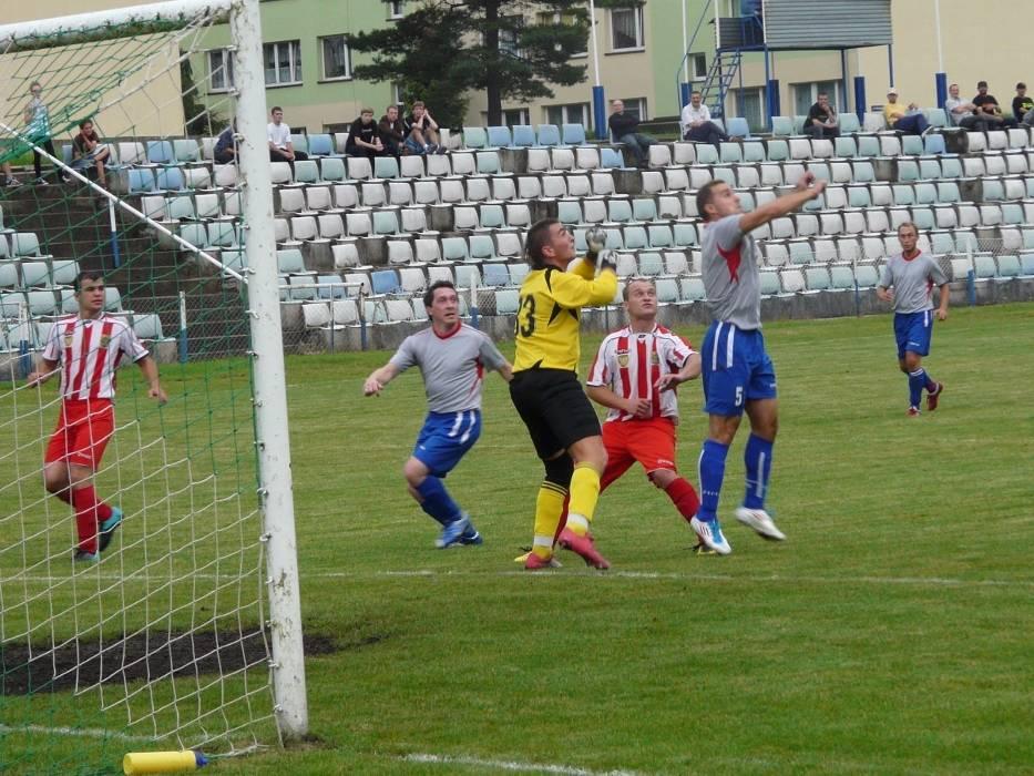 O piłkę walczy Rafał Bałecki (szara koszulka) z LUKS Gomunice, obok czai się Radosław Kowalczyk