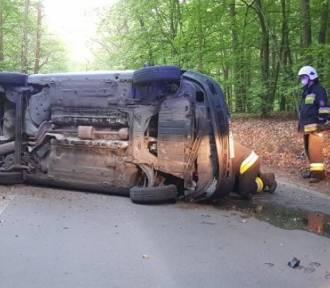 Wypadek pod Bydgoszczą. Auto wylądowało na boku [zdjęcia]