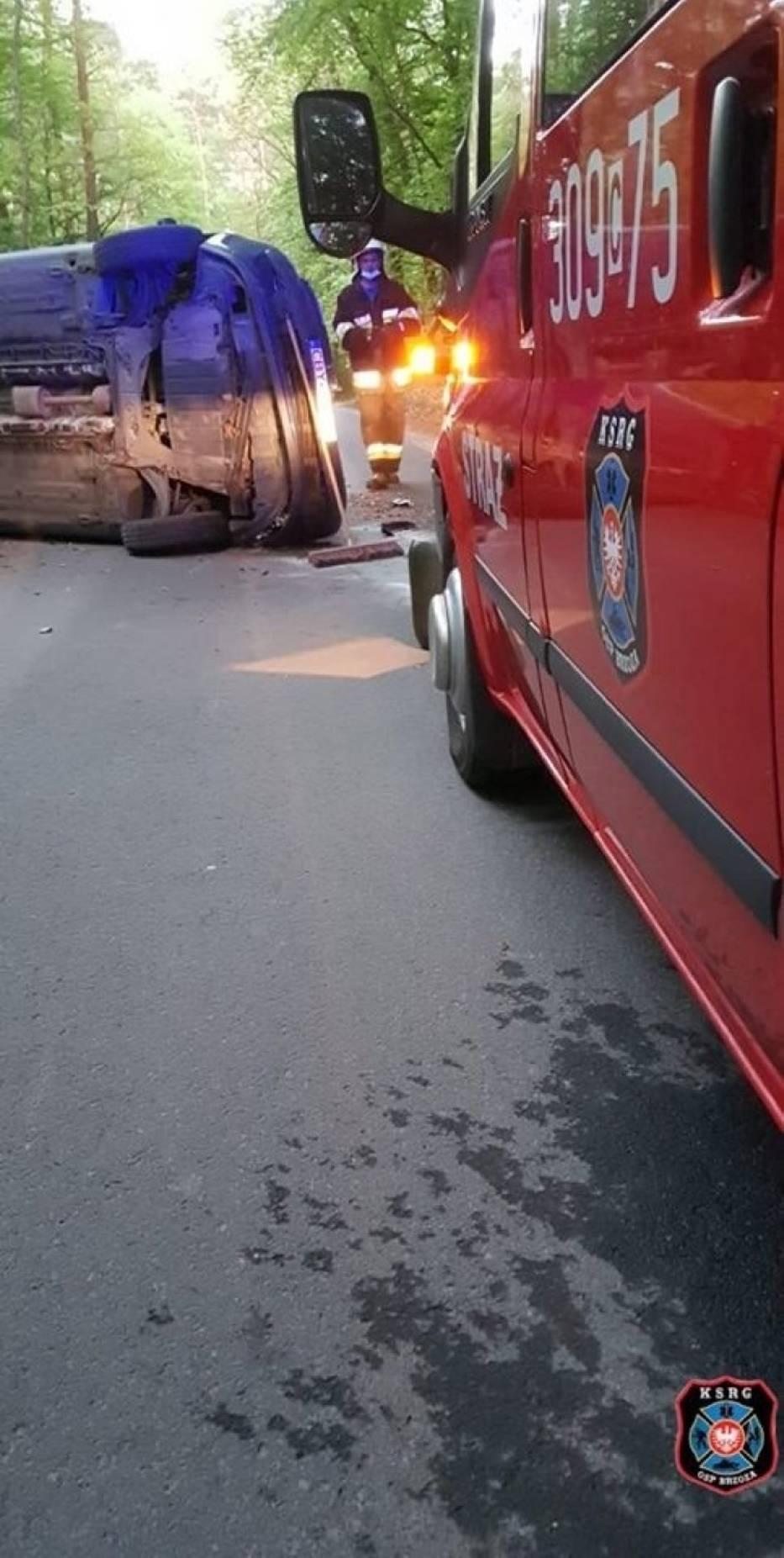 Kierowca renault tak pędził drogą powiatową do Piecek pod Bydgoszczą, że auto wylądowało na boku