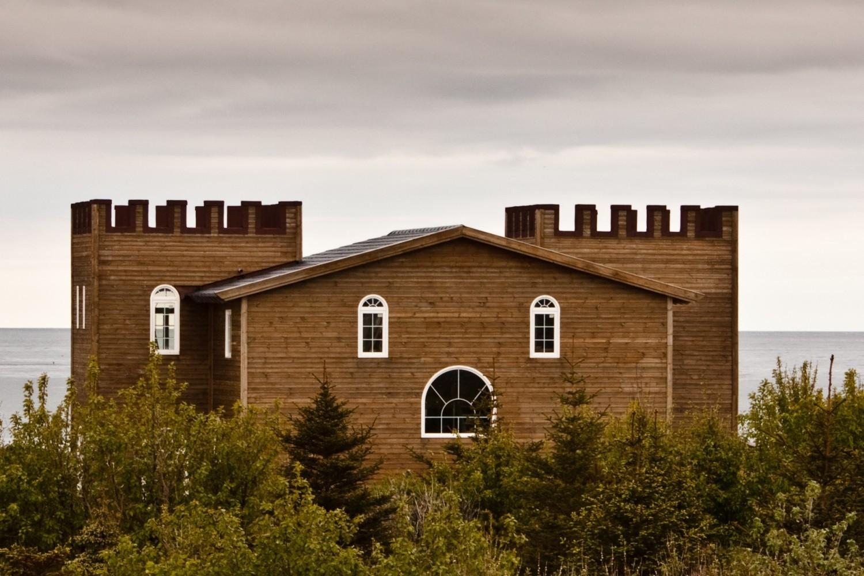 Ten budynek na południowym wybrzeżu Islandii wydaje się bardzo zaskoczony