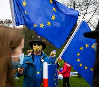 Sondaż. Prawie 65 procent Polaków chce pozostania w Unii Europejskiej