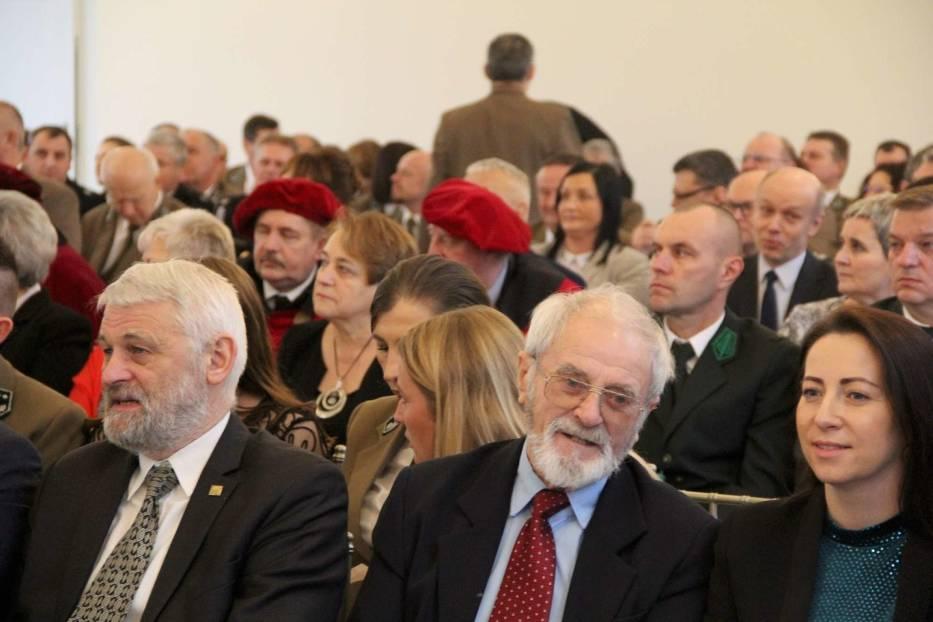 Nadanie i poświęcenie sztandaru dla Nadleśnictwa Międzychód w 100-lecie polskiej administracji
