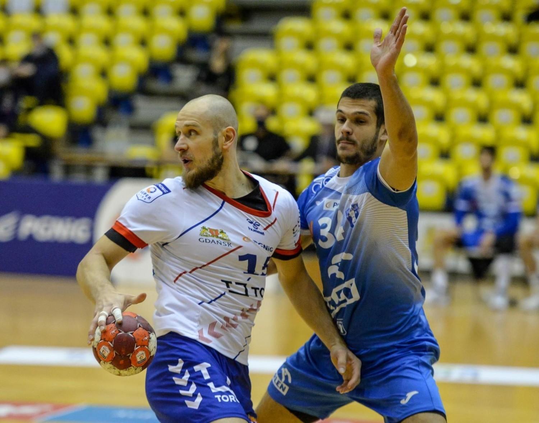 Mateusz Jachlewski to niezwykle doświadczony lewoskrzydłowy, który od sezonu 2020/2021 gra w rodzinnym Gdańsku