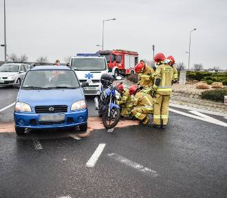 Zderzenie motocyklisty z osobówką w Lesznie.  Jedna osoba w szpitalu [ZDJĘCIA i FILM]