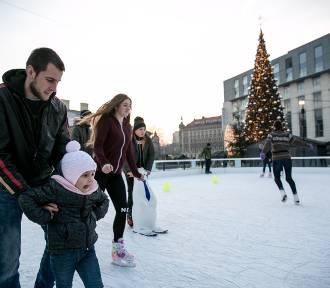 Lodowisko przed Galerią Krakowską. Zobacz jak mieszkańcy bawią się na lodzie! [ZDJĘCIA]