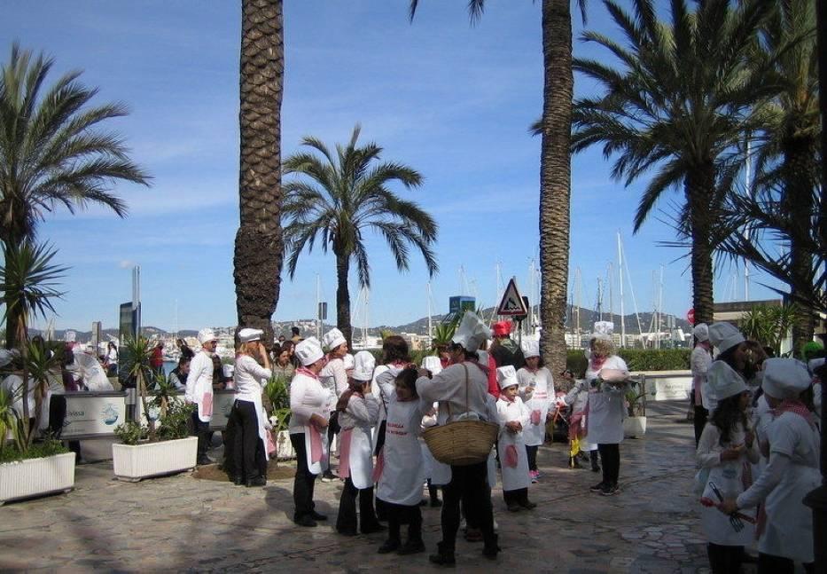 Przy pięknej słonecznej pogodzie odbył się wielki karnawałowy pochód w którym brali udział młodzi i starsi mieszkańcy wyspy