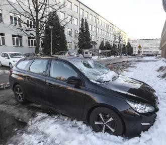Zaparkował auto przed budynkiem. Topniejący lód wybił mu szybę uszkodził dach