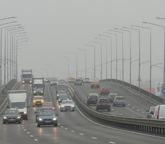 Zima minęła, a smog nie odpuszcza. Winny kurz na drogach?