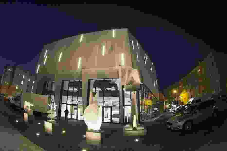 """Efektownie podświetlona elewacja i Park Rzeźb przed """"Oskardem"""" jak magnes przyciągają mieszkańców Konina"""
