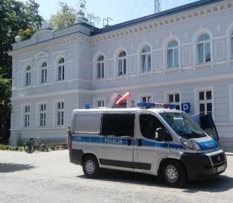 Pijany policjant z Wąbrzeźna miał prawie wjechać w ojca z trójką dzieci.Trwa śledztwo