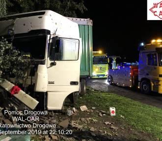 Wypadek na DK 1 we Wrzosowej [ZDJĘCIA] Ciężarówka uderzyła w betonowe ogrodzenie