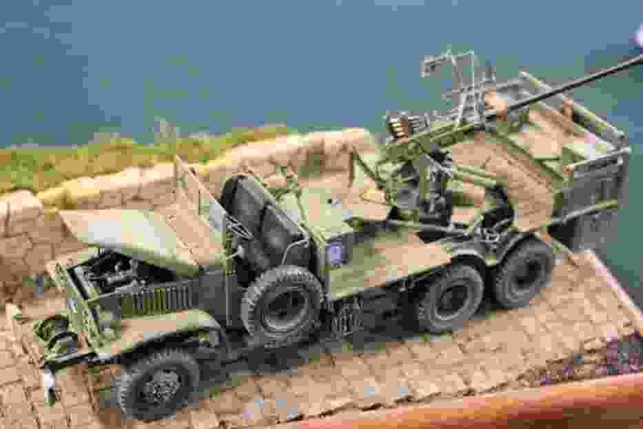 Amerykańska ciężarówka GMC z działem Boforsa kal