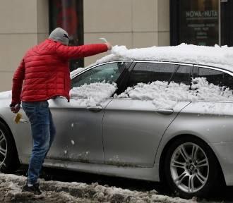 Mandat za odśnieżanie samochodu. Za to możesz zostać ukaranym!