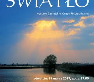 """""""ŚWIATŁO"""". Nowa wystawa Zamojskiej Grupy Fotograficznej – Grupa Twórcza w Galerii ZDK."""