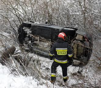 Audi A6 zjechało z drogi iprzewróciło się. Kobieta w ciąży w szpitalu [ZDJĘCIA]