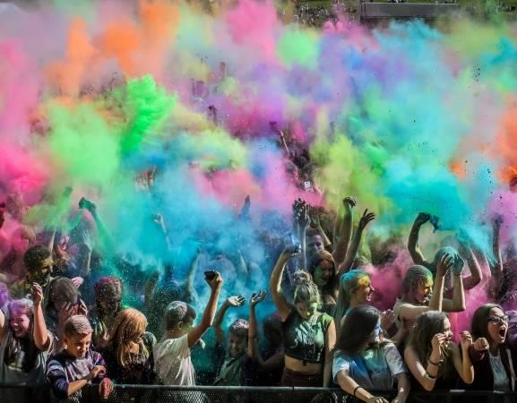 Lake Park Wilanów zaprasza w sobotę na eksplozję kolorów! Zabierz przyjaciół i przyjdź na najbardziej kolorową imprezę w mieście. Nie zabraknie także świetnej muzyki i dodatkowych atrakcji.   30 lipca, sobota, godz. 16, Lake Park Wilanów, Rów Powsinkowy, wstęp wolny.