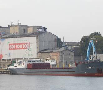 Statek Lisa D przywiozła ponad tysiąc ton kruszywa. Rozładunek w usteckim porcie