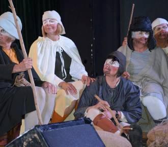 UTW w Chodzieży i uczniowie I LO zabrali publiczność w podróż po świecie Bruegla [ZDJĘCIA]