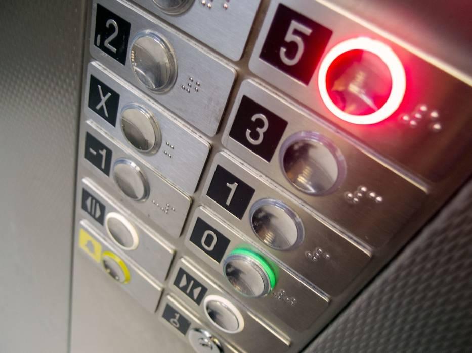Za windę w bloku często muszą płacić również osoby, które z niej nie korzystają