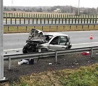 Auto roztrzaskało się na drodze S3 w okolicy Gaików [ZDJĘCIA]