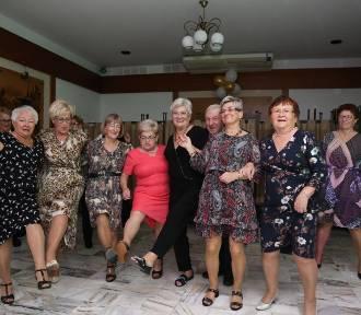 Wolsztyńscy seniorzy bawią się na zabawie tanecznej.