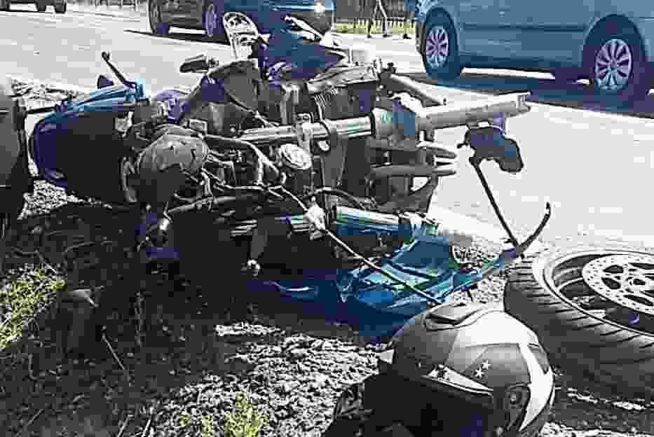 Wypadek w Gronowie koło Torunia. Na DK nr 15 motocyklista uderzył w tył auta [ZDJĘCIA]
