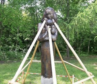Rzeźba Matki z dzieckiem odtworzona. Figura zniszczona w trakcie ubiegłorocznych Juwenaliów,