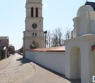 Zmienia się otoczenie uniejowskiej kolegiaty! Odkryto barokowe mury!