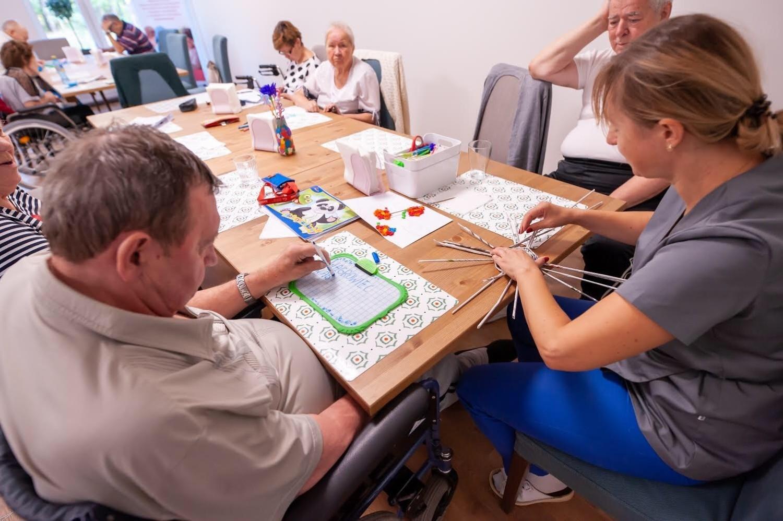 Możliwość zapewnienia odpowiedniej opieki poza szpitalem ułatwia powrót do zdrowia, skraca rekonwalescencję i służy aktywizacji seniorów