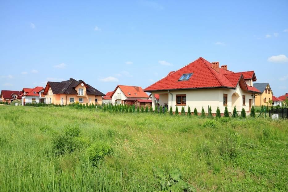 O domu na wsi marzy wielu Polaków, jednak koszty budowy z każdym rokiem rosną