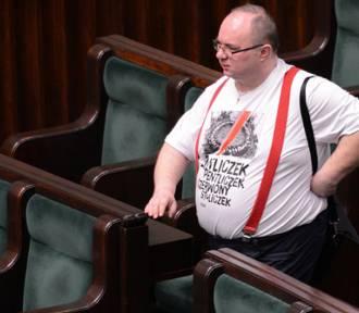 Poseł w t-shircie. Czy Rafał Wójcikowski złamał sejmowy dress code?